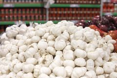 Plenty of garlic for sale in grocery Royalty Free Stock Photography