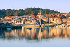 Plentzia-Fluss mit Booten und Häusern lizenzfreie stockbilder