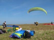 PLERIN_FRANCE 02 APRIL, 2017: paragliding i Plerin i Brittany Arkivbilder