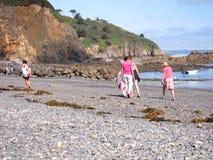 PLERIN_FRANCE, 08 LIPIEC, 2017: Ludzie zbiera śmieci na plaży Obrazy Stock