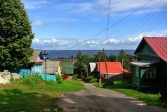 Ples,俄罗斯 下降向在一条静街上的伏尔加河 镇著名由它的风景 夏天 库存照片