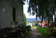 Ples, Ρωσία Οι στενές οδοί γύρω από την παλαιά εκκλησία Η κάθοδος στον ποταμό Βόλγας Καλοκαίρι Στοκ εικόνα με δικαίωμα ελεύθερης χρήσης