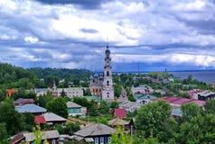 Ples, Rússia Logo haverá um temporal pesado julho A cidade de Ples é famosa para seu cenário Foto de Stock