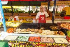 Pleskavitsa - små pastejer av köttfärs på Roshtilyade Leskovtse i Serbien Royaltyfri Foto