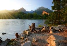 Pleso Strbske λιμνών βουνών στο εθνικό πάρκο υψηλό Tatras στο ηλιοβασίλεμα Στοκ εικόνες με δικαίωμα ελεύθερης χρήσης