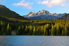 Pleso Strbske λιμνών βουνών στο εθνικό πάρκο υψηλό Tatras στο ηλιοβασίλεμα Στοκ Εικόνες