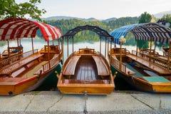 Pletna łodzie dokują na jeziorze Krwawiącym w Slovenia Zdjęcie Royalty Free