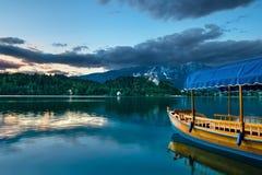 Pletna στη λίμνη που αιμορραγείται στη Σλοβενία Στοκ Φωτογραφίες