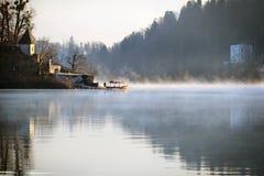 Pletna-Boot nahe Insel-Kirche Stockbild