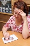 Pleurer âgé par milieu de dame âgée Photos libres de droits