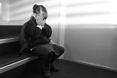 Pleurer bouleversé de fille d'école photos libres de droits