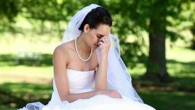 Pleurer bouleversé de jeune mariée banque de vidéos