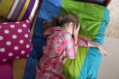 Pleurer de l'adolescence d'anéantissement de fille photos stock