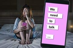 Pleurer diminué par sentiment triste de fille en douleur de souffrance de lit et composé du coeur brisé avec le texte en ligne de images stock