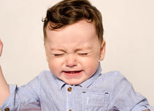 Pleurer mignon de bébé garçon Images stock