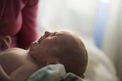 Pleurer nouveau-né Comment les bébés communiquent le concept photo stock