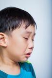 Pleurer (thaïlandais) asiatique de garçon de plan rapproché Photos libres de droits