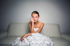 Pleurer triste de jeune mariée, frappé, se sentant bas Image libre de droits