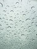 Pleuvant des gouttelettes dessus sur le pare-brise Image stock