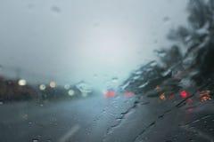 Pleuvant la nuit sur la rue, l'eau se laisse tomber images stock