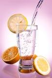 Pleuvoir à torrents de l'eau minérale en glace avec le citron image stock