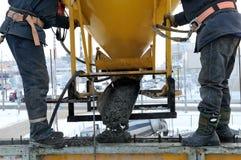 Pleuvoir à torrents de travailleurs de la construction Photo libre de droits