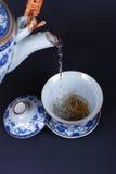 Pleuvoir à torrents le thé Photos libres de droits