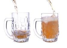Pleuvoir à torrents une glace de bière Photo libre de droits