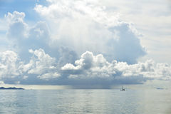 Pleuvoir au-dessus de la mer Image stock
