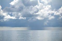 Pleuvoir au-dessus de la mer Photos stock