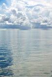 Pleuvoir au-dessus de la mer Photo libre de droits
