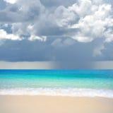 Pleuvoir au-dessus de la mer Image libre de droits
