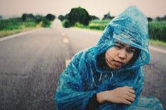 Pleuvoir avec des femmes sur la route Photographie stock libre de droits