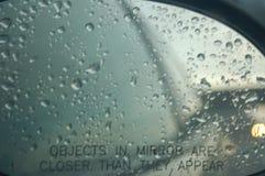 Pleuvoir dans le miroir de côté droit de la voiture image libre de droits