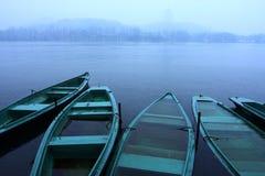 pleuvoir de lac de bateaux Photos stock