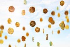 Pleuvoir des pièces de monnaie image stock