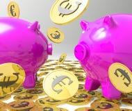 Pleuvoir des pièces de monnaie sur des tirelires affichant des bénéfices Photos libres de droits