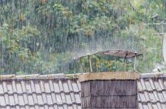 Pleuvoir, forte pluie, douches, cheminée Photo libre de droits
