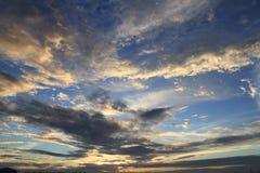 Pleuvoir le coucher du soleil en Thaïlande Photo libre de droits