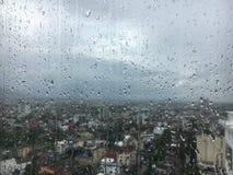 Pleuvoir le jour, gouttes de l'eau sur la fenêtre Image libre de droits