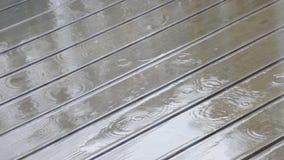 Pleuvoir le jour sur une terrasse en bois clips vidéos