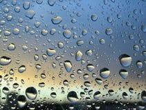 Pleuvoir les baisses sur l'hublot, coucher du soleil à l'arrière-plan #2 Images libres de droits