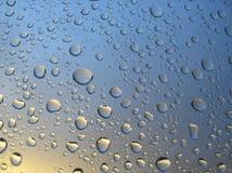 Pleuvoir les baisses sur l'hublot, coucher du soleil à l'arrière-plan, nuages orageux derrière #4 Photos stock