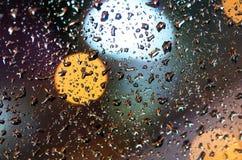 Pleuvoir les baisses sur le verre avec un beau fond Photos stock