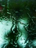 Pleuvoir les baisses sur un hublot Photographie stock libre de droits