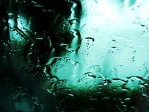 Pleuvoir les baisses sur un hublot Photos libres de droits
