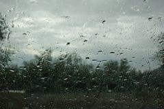 Pleuvoir sur l'hublot Images libres de droits
