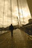 Pleuvoir sur la passerelle de ville de Londres Photo stock