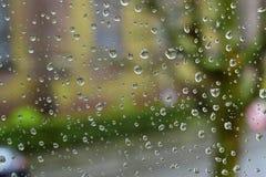 Pleuvoir sur le verre outre de la fenêtre Photo stock