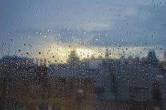 Pleuvoir sur une fenêtre dans une zone urbaine avec la distance hors focale avec Londres image stock
